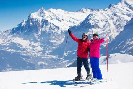 Gelukkig rijp paar skiën in de Alpen bergen. Senior man en vrouw te genieten van ski-vakantie in alpine resort. Actieve pensioen. Gezonde winter sport voor alle leeftijden. Stockfoto