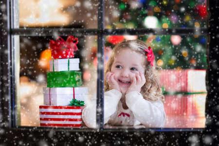 felicidade: Menina que espera Santa na janela de casa na v Imagens