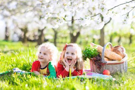 Kleine Kinder beim Mittagessen im Freien. Standard-Bild - 69820931