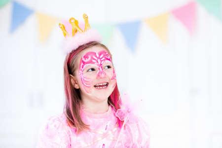 Pintura De La Cara Para La Niña. Princesa Y El Tema De Hadas De La ...