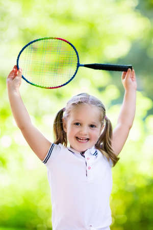zapatos escolares: Active preschool girl playing badminton in outdoor court in summer. Kids play tennis. School sports for children. Racquet and shuttlecock sport for child athlete. Kid with racket and shuttle.