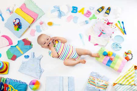 赤ちゃん服、バスアメニティ、おもちゃ、医療付属の白い背景の上。リストまたは妊娠とベビー シャワーのための概要をショッピングをしたいです