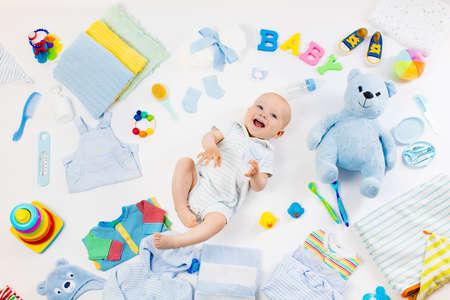 Baby auf weißem Hintergrund mit Kleidung, Toilettenartikel, Spielzeug und medizinische Versorgung Zubehör. Merkzettel oder Einkaufs Übersicht für Schwangerschaft und Baby-Dusche. Ansicht von oben. Kinderernährung, Ändern und Bade Standard-Bild - 75402457