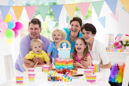 fiesta de cumpleaos de los nios con la torta del arco iris del unicornio para la