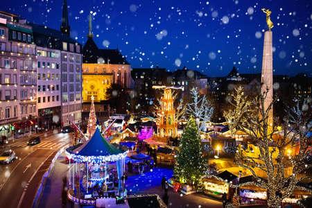Kerstmarkt in Luxemburg. Luchtmening van traditionele Kerstmismarkt in oud Europees stadscentrum. Stad ingericht voor wintervakanties. Vermaak en winkelen voor kerstcadeautjes in Europa.