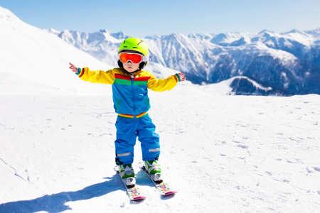 Kind dat in de bergen skiô