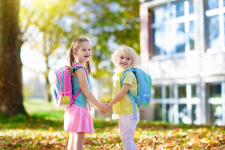 Children go back to school. Start of new school year after summer vacation. Boy and girl with backpack and books on first school day. Beginning of class. Education for kindergarten and preschool kids. Stockfoto