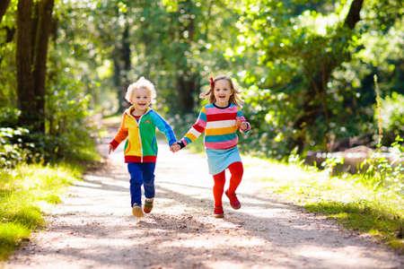 Kinderen wandelen in bos en bergen. Kinderen spelen in de zomer buiten. Kleine jongen en meisje op wandelpad in nationaal park. Buiten leuke en gezonde activiteit.