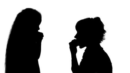 Silhouette Portrait of a young mother and her little daughter eating apples track matte Archivio Fotografico
