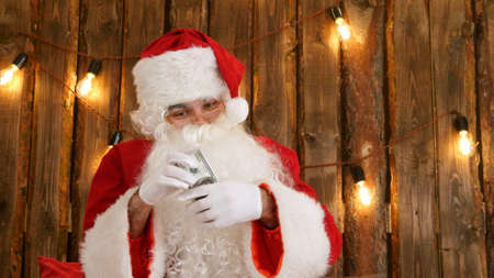 Santa Claus counting his money and showing money disappearing trick Standard-Bild