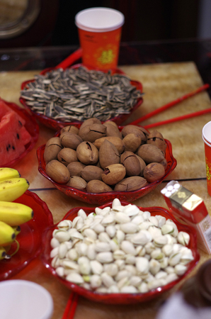 Dried nuts and fruit on table Banque d'images