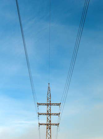 abastecimiento: suministro industrial por la electricidad, la simetr�a de alambre de antecedentes sobre cielo azul Foto de archivo