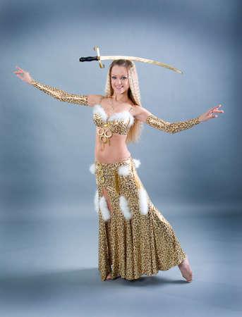 Attraktive Frau durchführen arabisches Tanz mit sabre