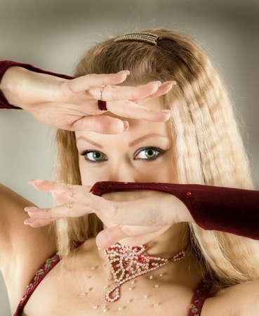 bailarinas arabes: Mujer atractiva de danza �rabe performance