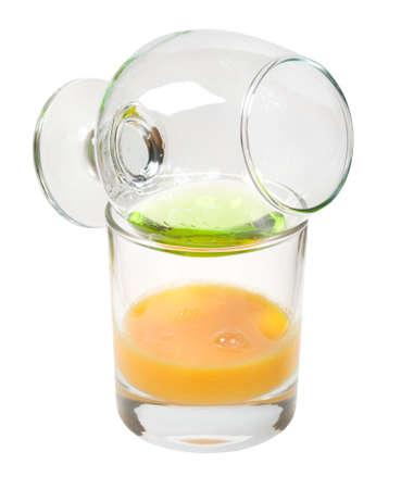 ajenjo: Vidrio de cristal con absenta aislado sobre fondo blanco.  Foto de archivo