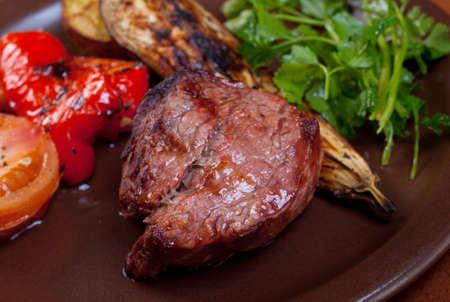 carne asada: Carne a la parrilla en plato blanco con vegetable.closeup
