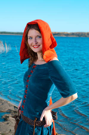 abito medievale: Red Riding hood.beautiful ragazza in abito medievale