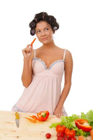 Hausfrau Vorbereitung Paprika.Studio, wei?en Hintergrund.