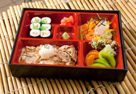 comida rica: Almuerzo de Bento japonés .box de comida rápida con carne de cerdo Foto de archivo