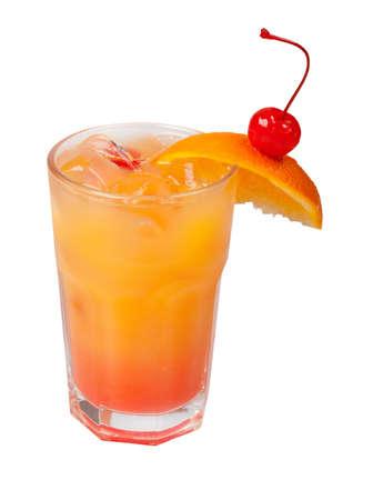 jus orange glazen: oranje cocktail close-up op een witte achtergrond. Stockfoto