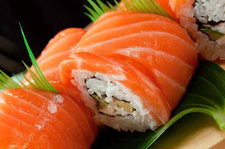 日本料理の伝統的な日本の寿司。サーモンのロール 写真素材