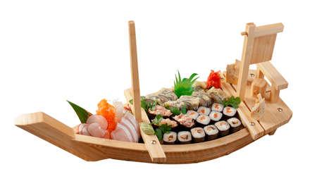 comida japonesa: Sushi surtido comida japonesa en la comida japonesa tradicional de barco.