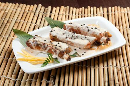 la cocina china. costillas de cerdo asadas en un plato Foto de archivo