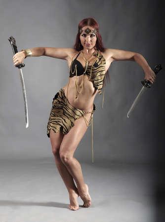 katana: jonge krijger vrouw met zwaard in haar hand