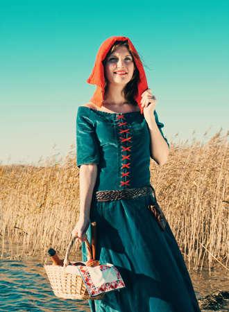 middeleeuwse jurk: Red Riding hood.beautiful meisje in middeleeuwse kleding