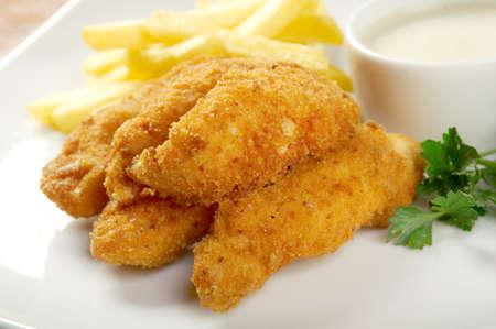 dedo: Papas fritas y pollo Nuggets.closeup