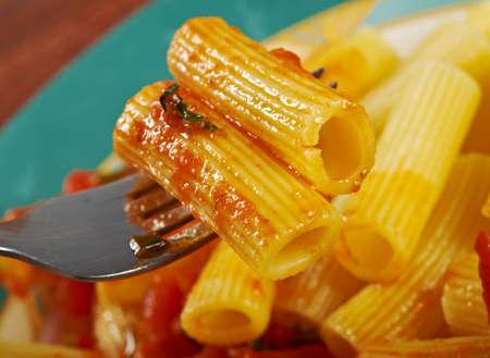 comida italiana: Comida italiana. Pasta Rigatoni con salsa de tomate