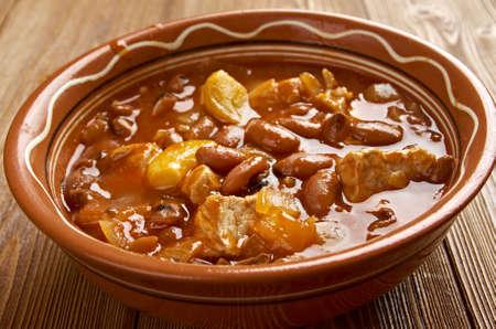 Frijoles Charros - traditioneel Mexicaans gerecht. door pinto bonen gestoofd met ui, knoflook en spek. Stockfoto