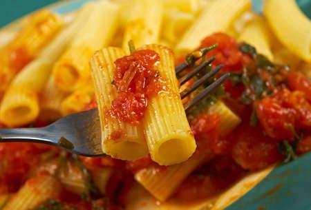 comida italiana: Comida italiana. Rigatoni Pasta con salsa de tomate