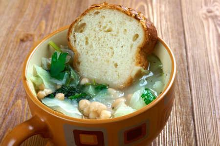 potage: Sopa toscana Ribollita famoso, un potaje delicioso a base de pan y verduras Foto de archivo