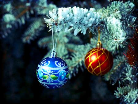 branche sapin noel: lumineux Boule de No�l � partir d'un couvert de neige branche d'arbre de No�l Banque d'images
