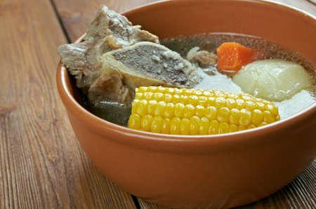 carnes y verduras: Cazuela - da a una gran variedad de platos, especialmente de Am�rica del Sur. cocinar varios tipos de carnes y verduras mixtas. Foto de archivo