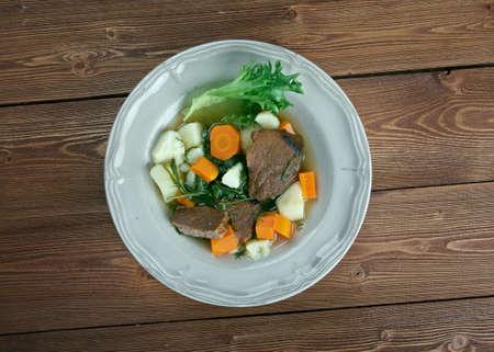 carnes y verduras: Guiso Perpetuo - varios ingredientes se puede utilizar en guiso perpetua, como las verduras de ra�z - cebolla, zanahoria, patata, ajo, chiriv�a, nabo y varias carnes Foto de archivo