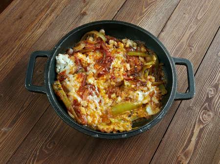 dish fish: Sarsiado - plato de pescado de Filipinas, que cuenta con tomates y huevos Foto de archivo