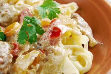 Carbonara di pollo. pasta fettuccina e cremoso pecorino romano Archivio Fotografico - 45832723
