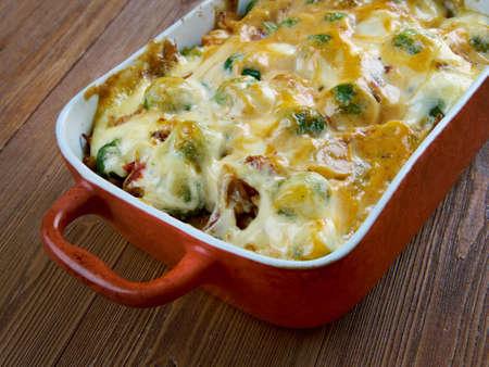 divan: Homemade Chicken Divan - cazuela de pollo servido con almendras y salsa Mornay. Cocina estadounidense Foto de archivo