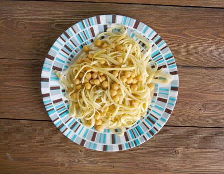 garbanzos: Ciceri e Tria plato de pasta y garbanzos en la cocina italiana. Foto de archivo