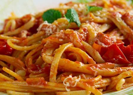 pastas: allamatriciana espaguetis. La salsa tradicional pasta italiana. Originario de la ciudad de Amatrice.