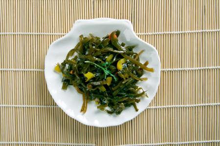 alcaparras: algas ensalada y alcaparras. de cerca