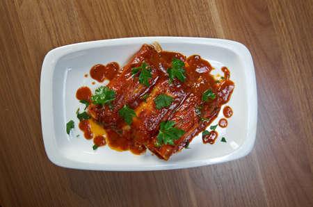 tortilla de maiz: enchilada de carne suroeste. tortilla de maíz enrollada alrededor de un relleno y cubierto con una salsa de chile Foto de archivo