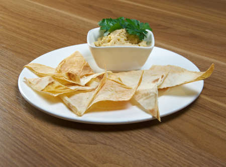 plato de comida: Hummus casero con rebanadas de pan de pita Foto de archivo