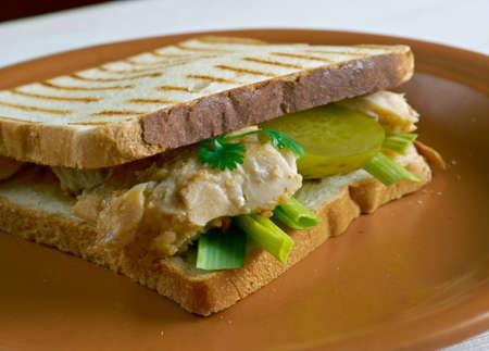 pickles: Sandwiches a la parrilla de bacalao con encurtidos. de cerca Foto de archivo