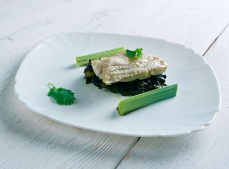 bacalao: Bacalao sobre  con vinagreta . cod with caramelized onions