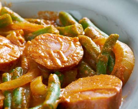 ejotes: paprikash with green beans and sausage.Transcarpathian dish Foto de archivo