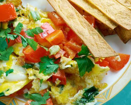 tortilla de maiz: Migas cocina Tex-Mex - migas es un plato tradicional desayuno consistente en tiras de tortilla de maíz frita en una sartén o plancha hasta casi crujientes y luego los huevos.