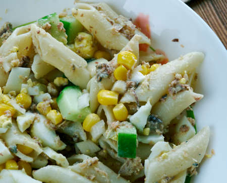 sardinas: Ensalada de pasta con sardinas y verduras,